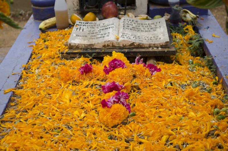 Sepulcro adornado con las flores fotografía de archivo
