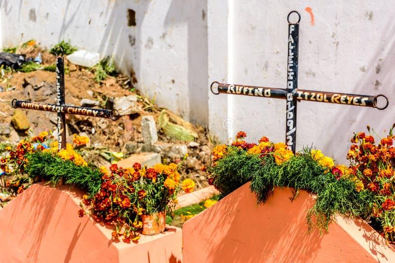 Sepulcro adornado con las flores para Día de Todos los Santos, Santiago Sacate fotografía de archivo libre de regalías