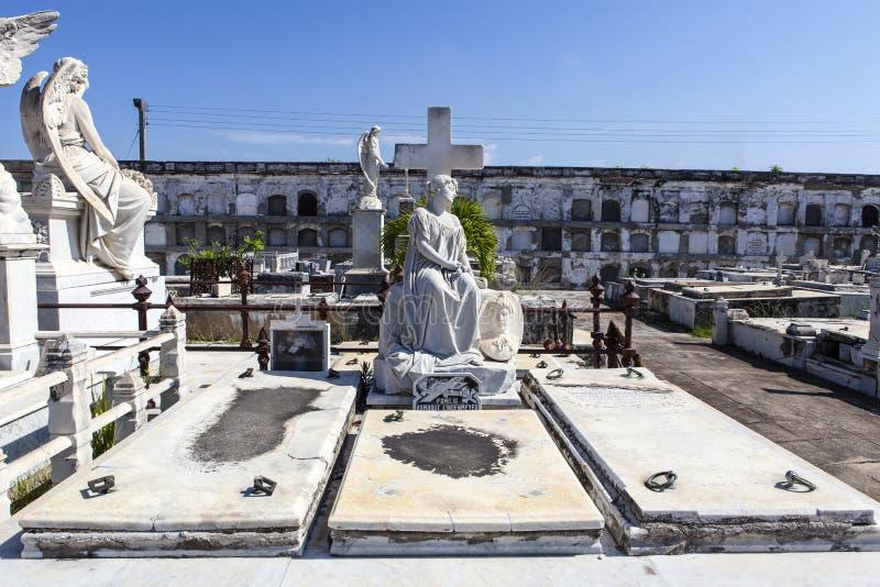 Sepulcro adornado rico en el cementerio de Roman Catholic Cementerio la Reina en Cienfuegos, Cuba imagen de archivo