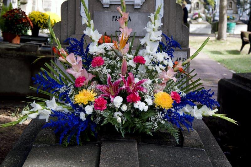 Sepulcro con la decoración colorida de las flores fotografía de archivo libre de regalías