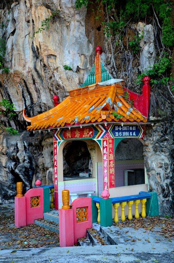 Sepulcro de los pares del fundador de la roca del templo divino de las bebidas espirituosas adentro en la base Ipoh Malasia de la foto de archivo libre de regalías