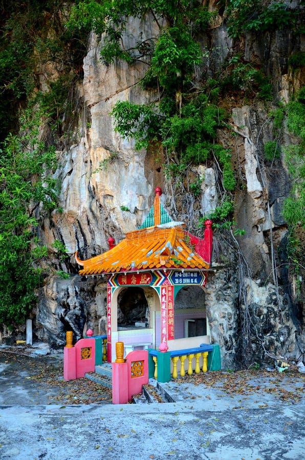 Sepulcro de los pares del fundador de la roca del templo divino de las bebidas espirituosas adentro en la base Ipoh Malasia de la imagen de archivo libre de regalías