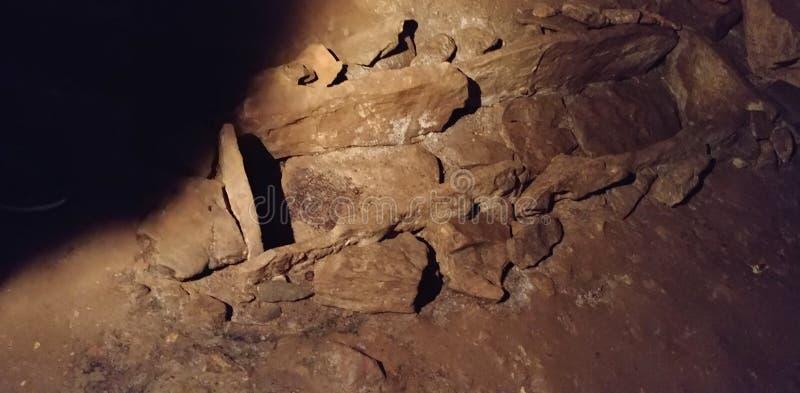 Sepulcro de piedra no marcado frecuentado en una cueva foto de archivo libre de regalías
