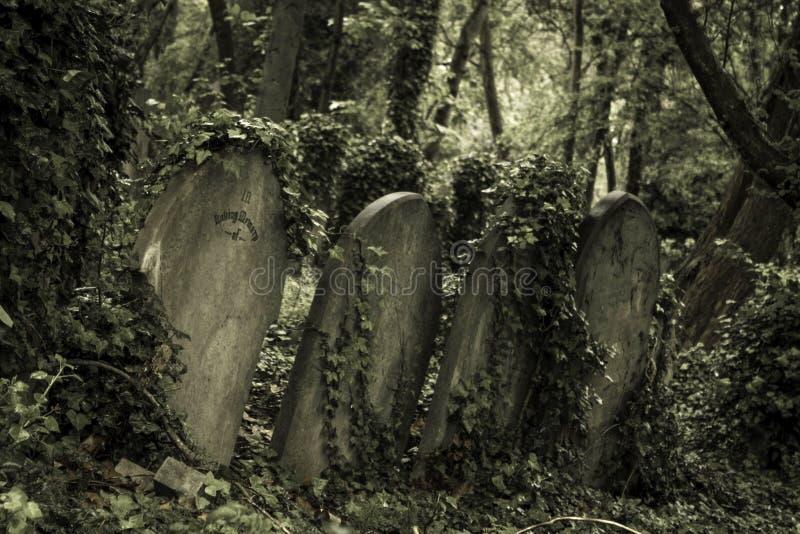 sepulcro de piedra viejo imagenes de archivo