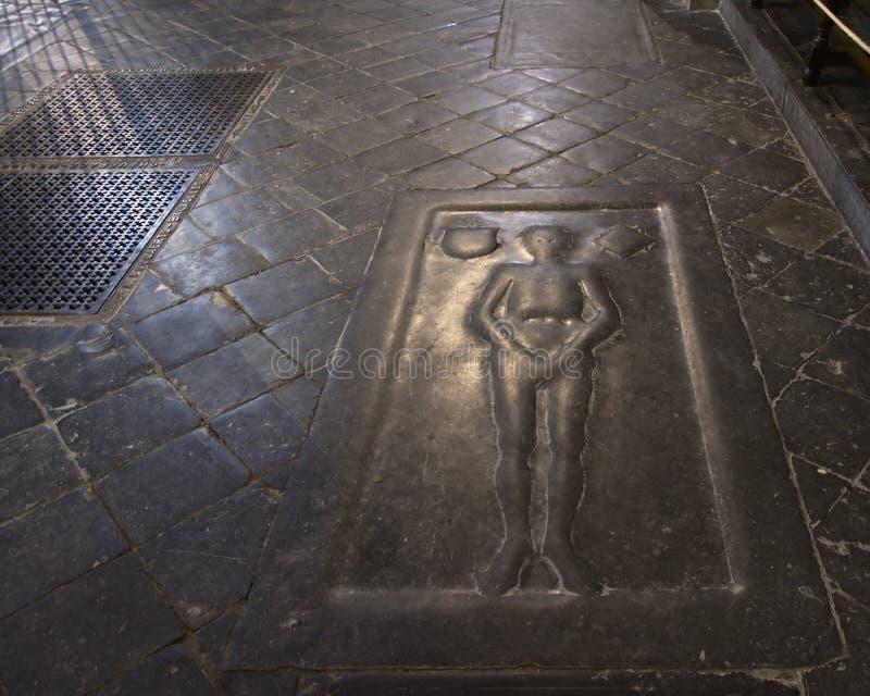 Sepulcro de un caballero dentro de una iglesia gótica imagen de archivo libre de regalías