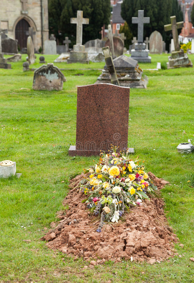 Sepulcro recientemente cavado en cementerio fotografía de archivo libre de regalías