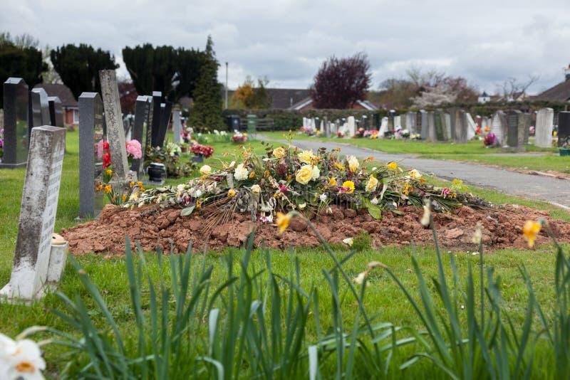 Sepulcro recientemente cavado en cementerio fotos de archivo libres de regalías
