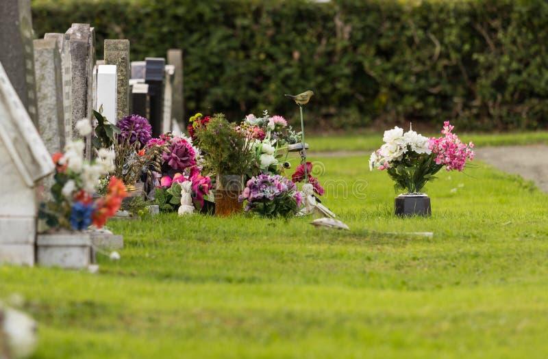 Sepulcro recientemente cavado en cementerio foto de archivo libre de regalías