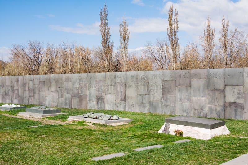 Sepulcros de héroes armenios por el monumento conmemorativo del genocidio armenio, Ereván, Armenia de Tsitsernakaberd foto de archivo