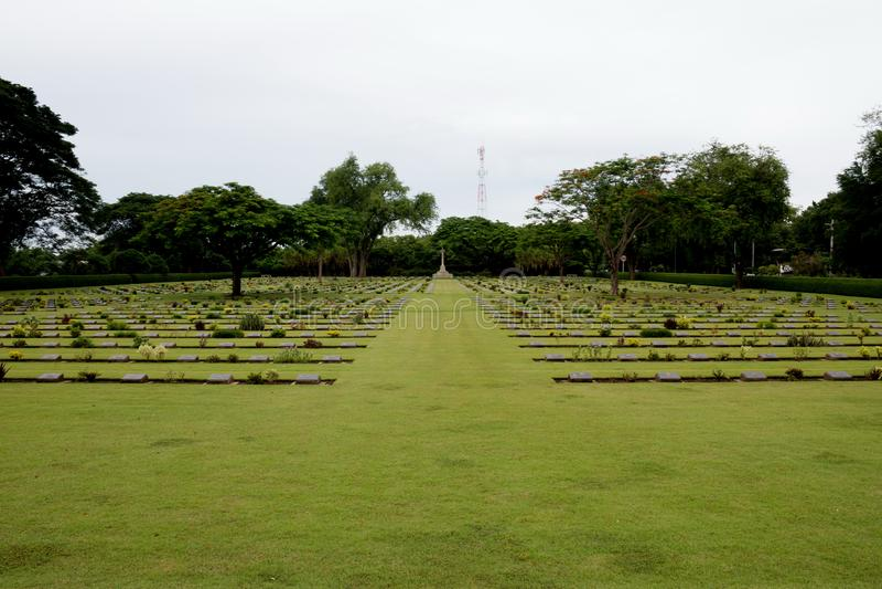 Sepulcros de la guerra de la Commonwealth, cementerio de la guerra de Chungkai en Kanchanaburi Tailandia imagen de archivo