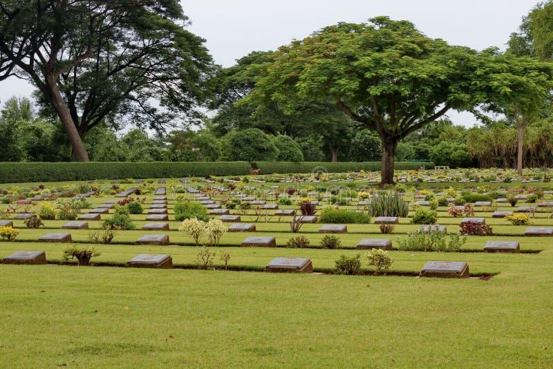 Sepulcros de la guerra de la Commonwealth, cementerio de la guerra de Chungkai en Kanchanaburi Tailandia foto de archivo