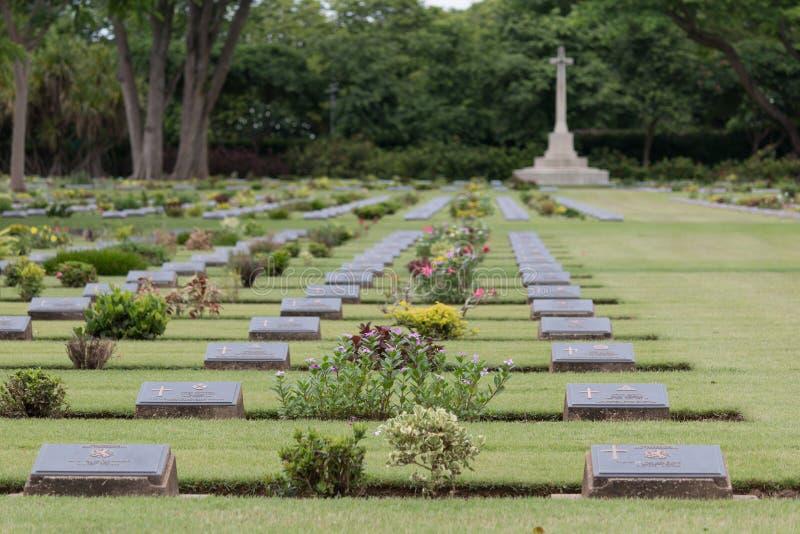 Sepulcros de la guerra de la Commonwealth, cementerio de la guerra de Chungkai en Kanchanaburi Tailandia foto de archivo libre de regalías