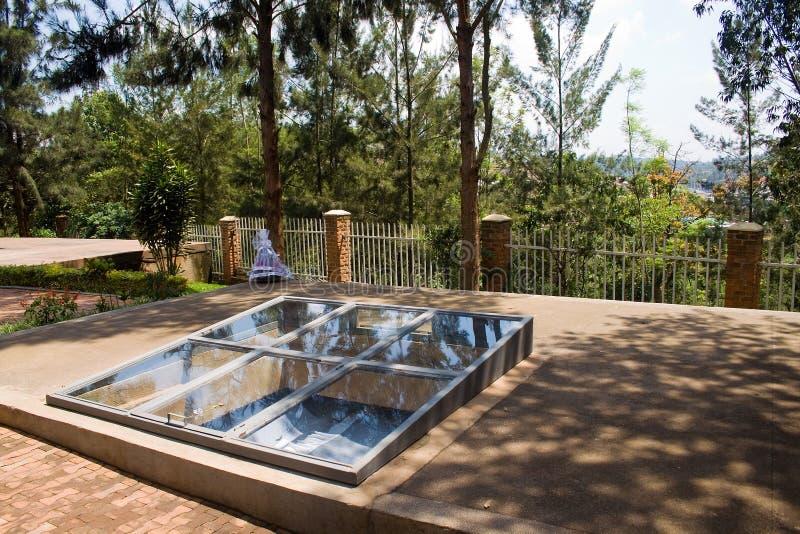 Sepulcros del centro del monumento del genocidio de Kigali imagen de archivo