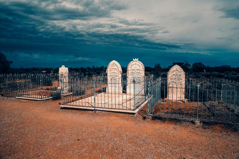 Sepulcros del desierto del interior debajo de una tormenta inminente imagenes de archivo