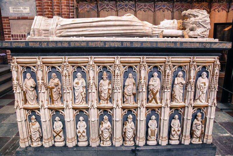 Sepulcros dentro de la catedral de Roskilde, Dinamarca fotografía de archivo libre de regalías