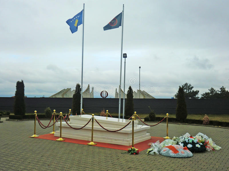 Sepultura de Abraham Rughova, primeiro presidente de Kosovo fotos de stock