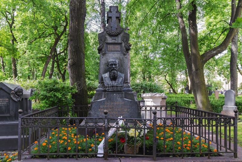 A sepultura de Dostoevsky no cemitério da trindade santamente Alexander fotografia de stock