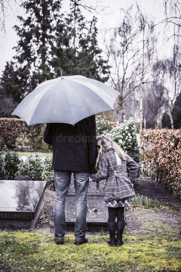 Sepultura de visita do pai e da filha foto de stock royalty free