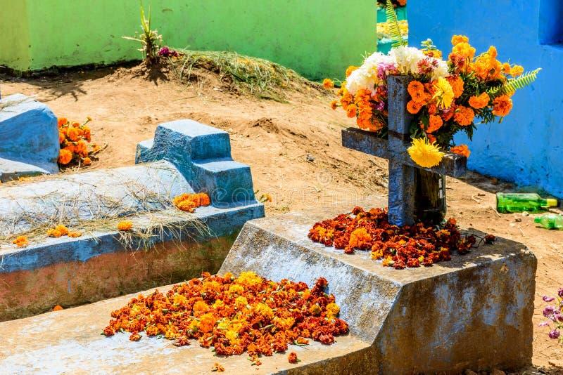 Sepultura decorada com as flores para todo o dia de Saint, Guatemala imagem de stock royalty free