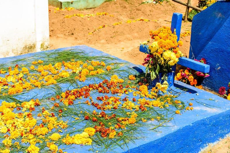 Sepultura decorada com as flores para todo o dia de Saint, Guatemala imagem de stock