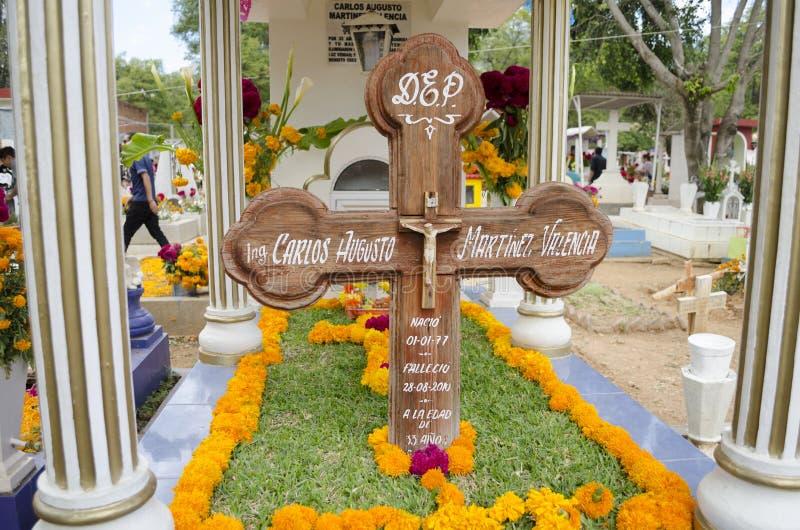 Sepultura decorada com flores imagens de stock