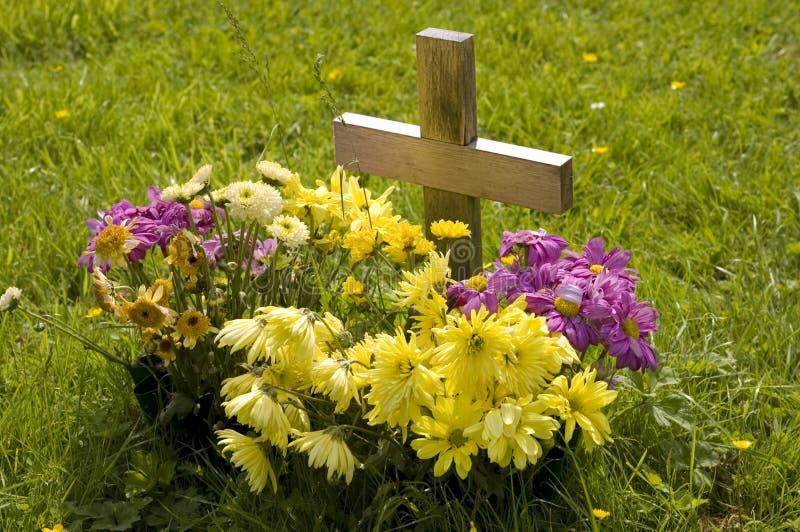 Download Sepultura nova. imagem de stock. Imagem de morte, flor - 12804617