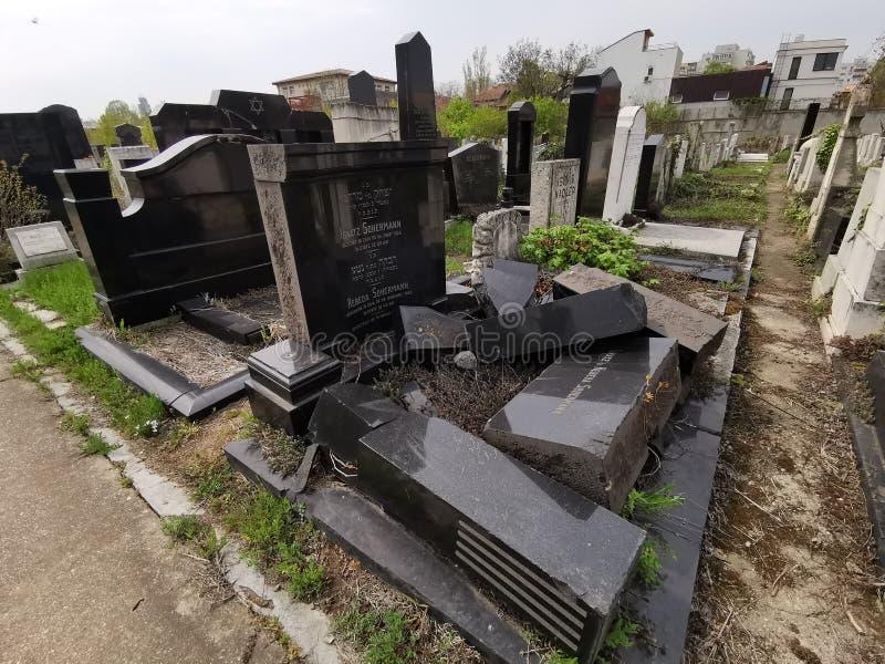 Sepultura quebrada na filantropia judaica do cemit?rio em Bucareste foto de stock royalty free