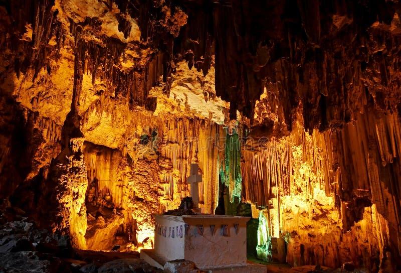 A sepultura sob stalactites enormes na caverna de Melidoni fotografia de stock
