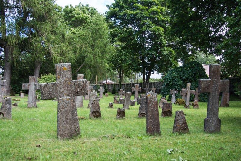 Sepulturas no cemitério velho do convento na região de Pirita, Tallinn do St Brigitta fotos de stock