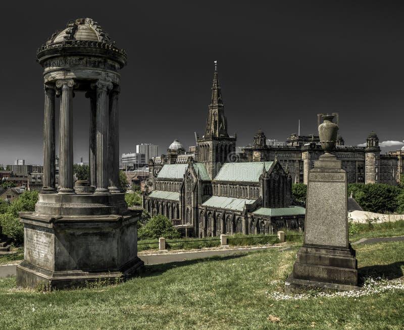 Sepulturas velhas em Glasgow Necropolis - e na catedral, Escócia imagens de stock royalty free