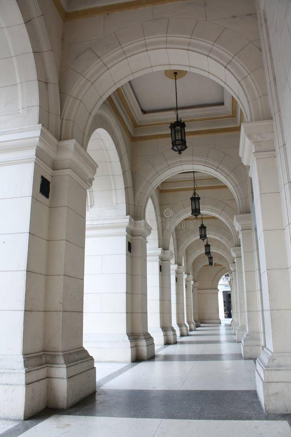 Seqüência da coluna em um edifício grande foto de stock