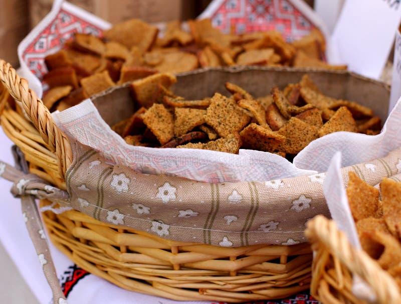 Seque las galletas cocidas de los panes fotos de archivo