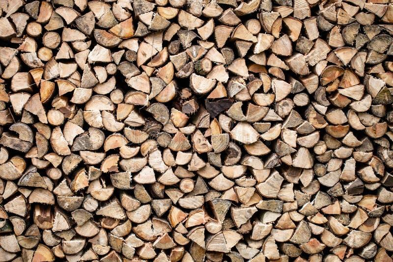 Seque a lenha desbastada empilhada acima em uma pilha imagem de stock