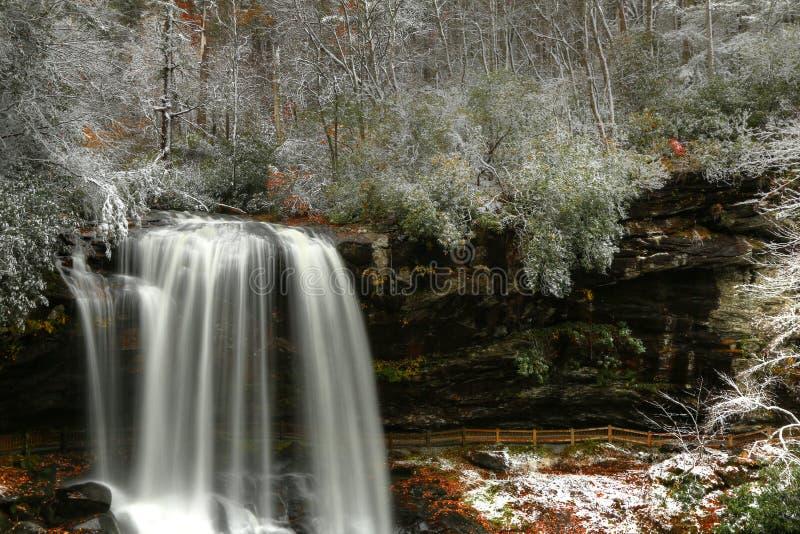 Seque quedas e pouca neve no outono na floresta nacional de Natahalia fotos de stock