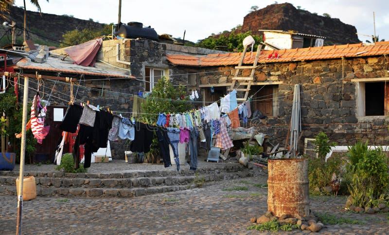 Sequedad del lavadero, ropa, pernos coloridos, hogar, Cabo Verde imagen de archivo