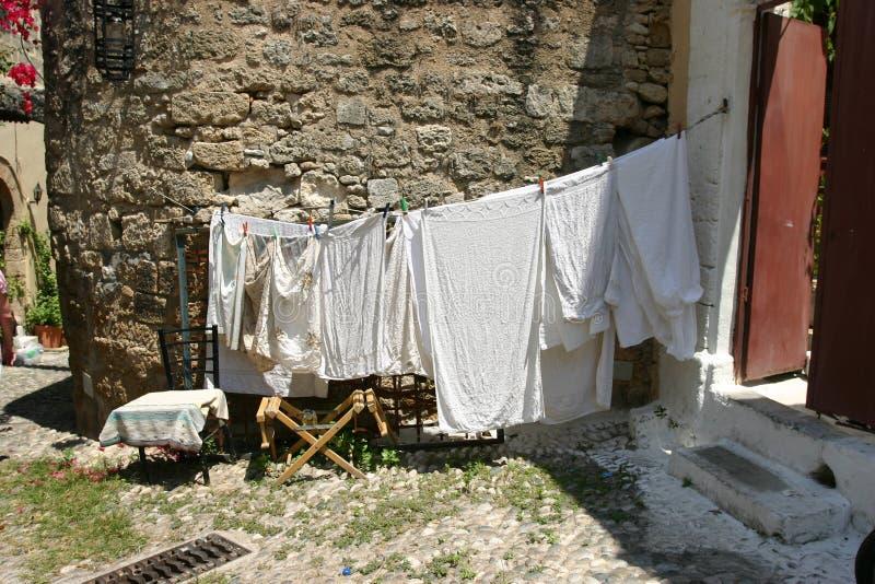 Sequedad en la cuerda para tender la ropa, ciudad vieja del lavadero de Rodas fotos de archivo