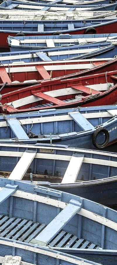 Sequenza chiusa di barche rosse e blu fotografia stock