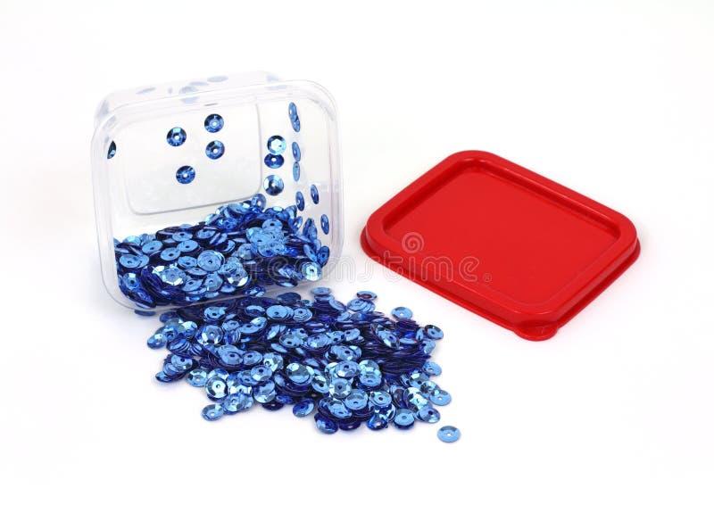 Sequins azuis minúsculos que derramam a caixa fotos de stock