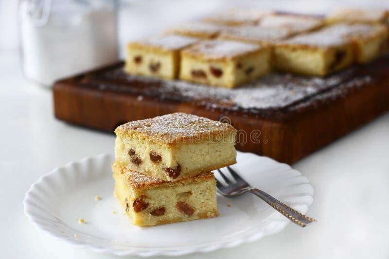 Serów kwadraty z rodzynką, cheesecake zdjęcia stock