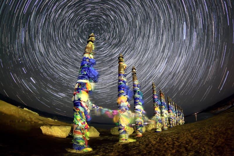 Serżów słupy Gwiaździsta noc nad wyspą Olkhon Burkhan przylądek fotografia stock