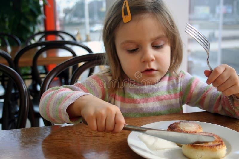 ser ciasta dziecka jedzącego obraz royalty free