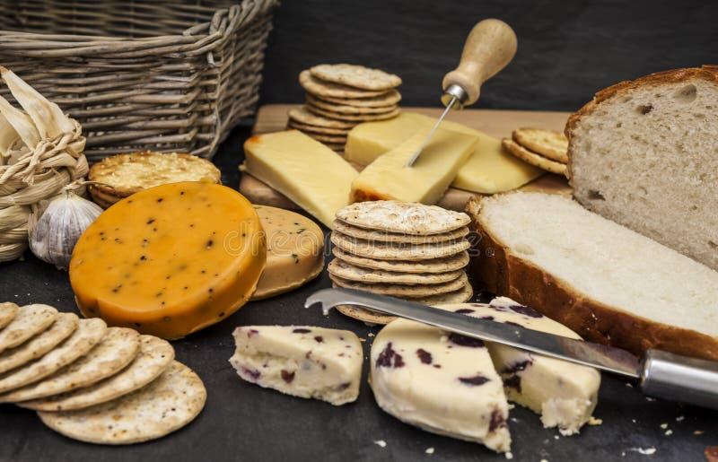 Ser, ciastka i świeży chleb zdjęcie royalty free