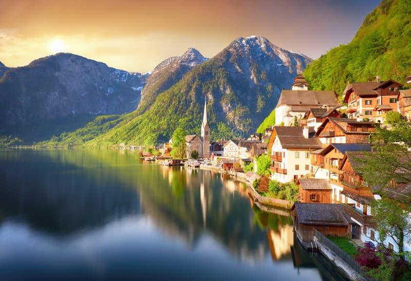 Ser den alpina Hallstatt för härlig sommar staden och sjön Hallstatter sikten Österrike arkivfoton