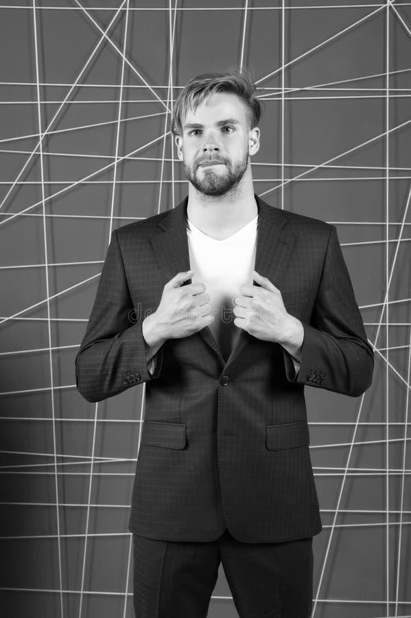 Ser formella kläder för mannen stiliga och säkra Riktigt dräktpåverkananseende i samhälle Man- eller affärsmankläder royaltyfria foton