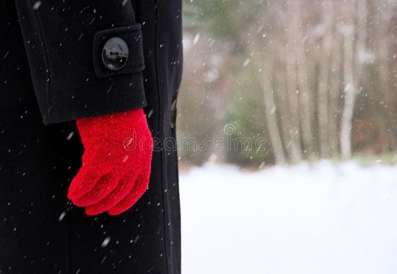 Ser humano en capa negra y guantes rojos imágenes de archivo libres de regalías
