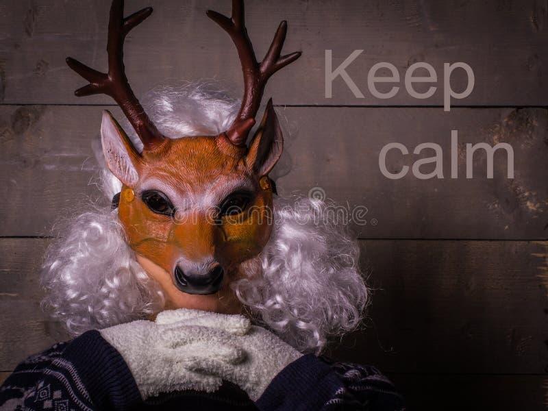 Ser humano en una máscara de los ciervos Lema del Año Nuevo Guarde el concepto tranquilo fotos de archivo