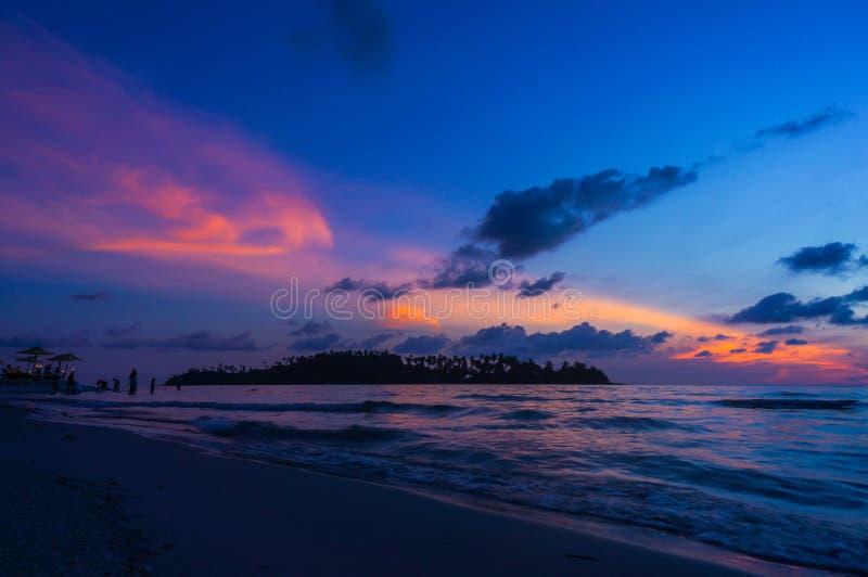 Ser humano na praia com silhueta do por do sol, ilha de Koh Kood fotos de stock royalty free