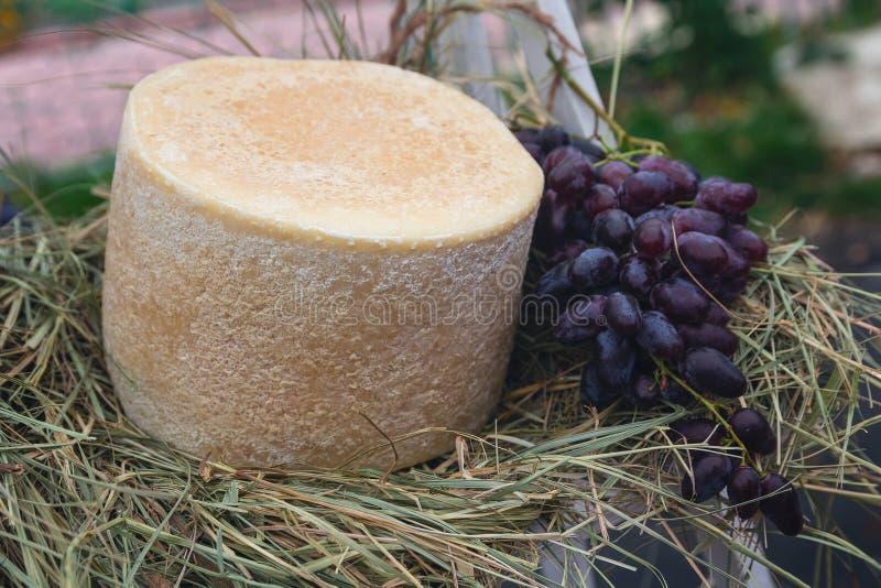 Ser i winogrona przy rynkiem zdjęcie stock