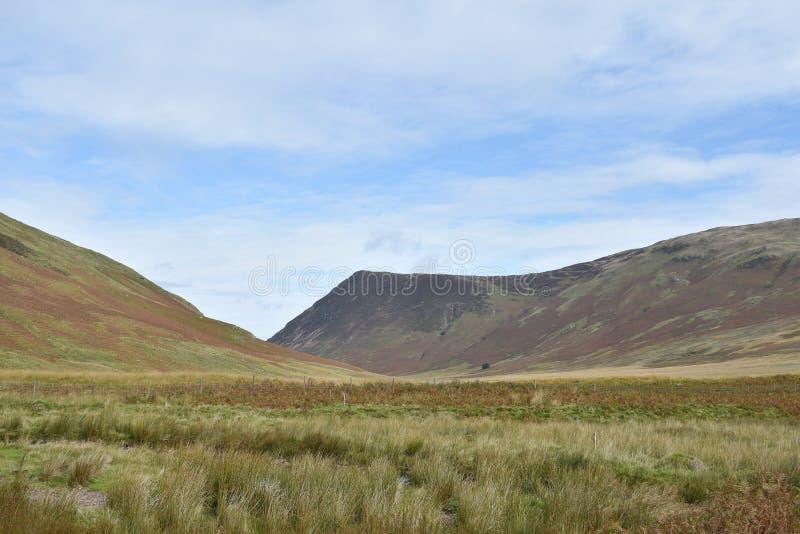 Ser man till Mosedale-dalen med södra delen av Melbreak där borta royaltyfria foton