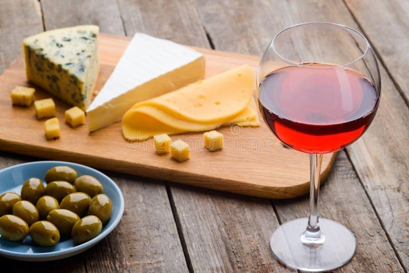 Ser, oliwki i czerwone wino, fotografia stock
